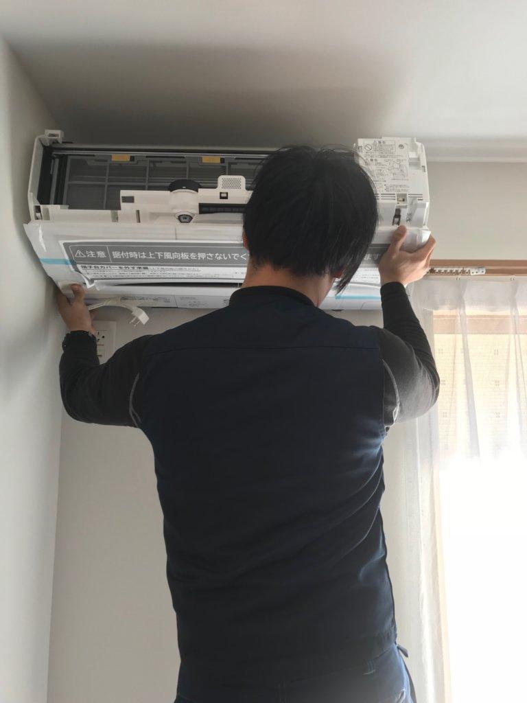 株式会社ワイズ エアコン室内取り付け作業、エアコン本体取り付け
